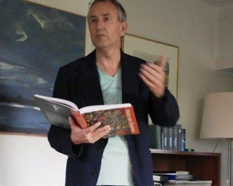 Jabik Veenbaas leest voor uit de biografie Hans van Draanen tijdens de Open Dag Stichting A. Roland Holst fonds